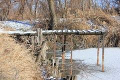 Мост на пруде в зиме стоковое изображение