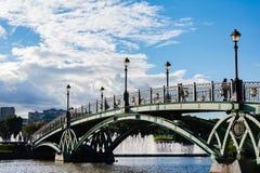 Мост над прудом в ансамбле дворца и парка стоковое фото rf