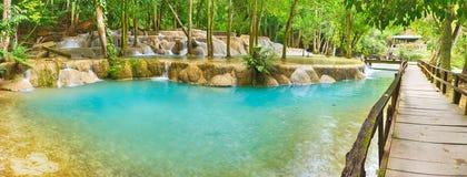 Мост на пути к водопадам Tat Sae Красивейший ландшафт Ла Стоковое Изображение