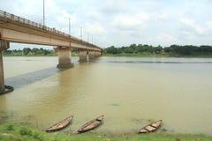 Мост на реке. стоковое изображение