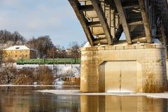 Мост над рекой в зиме стоковые фотографии rf