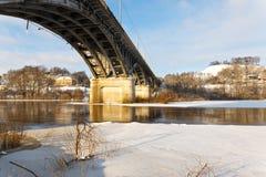 Мост над рекой в зиме стоковое изображение rf