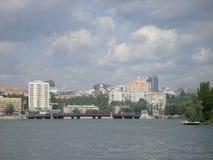 Мост над рекой в центральной части Донецка Стоковое Изображение RF