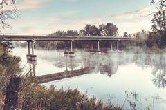 Мост над рекой и туман над водой Стоковое фото RF
