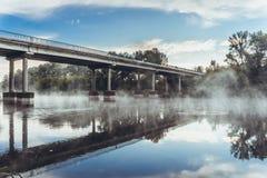 Мост над рекой и туман над водой Стоковая Фотография RF