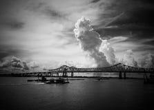 Мост над рекой Миссисипи в Новом Орлеане стоковое фото