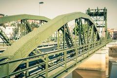 Мост над рекой Sado alcacer делает sal Португалии стоковые изображения rf