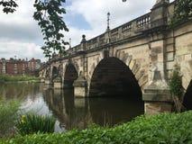 Мост над спокойной водой с отражениями Стоковые Изображения RF
