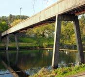 Мост над университет озером, Стерлингом стоковые изображения rf
