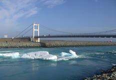 Мост над Jokulsarlon рядом Атлантический океан Стоковая Фотография
