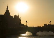 Мост над Seina с взглядом Palais de Правосудия на Париже Франции Стоковая Фотография RF