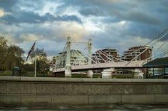 Мост на thames в Лондоне со светами и облаками стоковое изображение