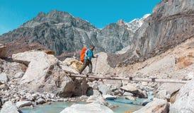 Мост непальского хода реки горы скрещивания гида деревянный Стоковая Фотография