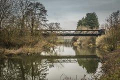 Мост обслуживания над Chelmer под унылым небом стоковые фото
