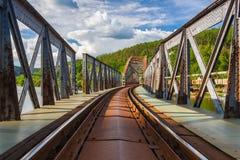 Мост одноколейного пути железнодорожный над рекой Влтавы стоковые фотографии rf