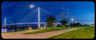 Мост Омаха Небраска Bob Kerrey пешеходный вечером с виньетированием пост-урожая стоковые фотографии rf