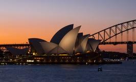 Мост оперного театра и гавани Сиднея на заходе солнца Стоковое Изображение