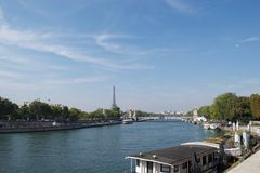 Мост Париж Pont Александр III Александр 3-ий, Франция - река Сена, Эйфелева башня Городской пейзаж с плавучими домами стоковые фото