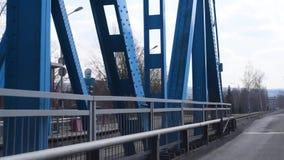 Мост перемещения на автомобиле через реку от одного банка к другому акции видеоматериалы