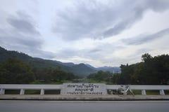 Мост пересекает сверх водопады которые имеют деревню Khiriwong Fuit велосипеда, Nakhon Si Thammarat Таиланд Стоковое Изображение RF