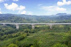 Мост платной дороги Salatiga под голубым небом стоковое фото