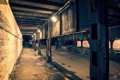 Мост поезда темного переулка города Чикаго промышленный на ноче Стоковая Фотография
