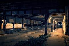 Мост поезда темного переулка города Чикаго промышленный на ноче Стоковые Фотографии RF