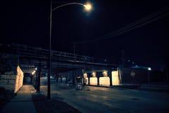 Мост поезда темного переулка города Чикаго промышленный на ноче Стоковое фото RF