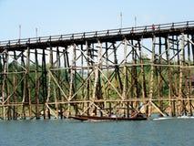 Мост понедельника, Sangkhlaburi, Kanchanaburi, фото Таиланда перед cr стоковое изображение rf