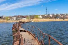 Мост понтона над малым рекой стоковые фотографии rf