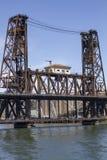 Мост Портленда Орегона стальной с голубым небом стоковая фотография