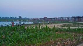 Мост посещения u Bein на озере Thaungthaman, Мандалае, Мьянме акции видеоматериалы
