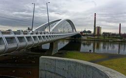 Мост построенный над рекой с немного заплат травянистых земель и проезжей части идя под ей Стоковая Фотография RF