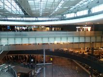 Мост Подкрашивать-стекла в вестибюле Цюрих-авиапорта ZRH Стоковые Фотографии RF