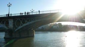 Мост прогулки людей видеоматериал
