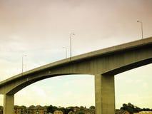Мост протягивая над серым небом Стоковые Изображения