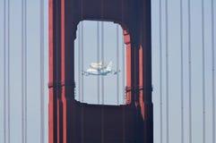 Мост работы космического летательного аппарата многоразового использования и золотистого строба стоковая фотография