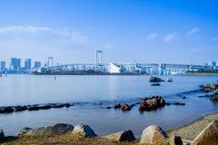 Мост радуги и горизонт Токио в полдень стоковое фото rf