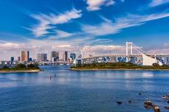 Мост радуги и пернатые облака стоковые фотографии rf
