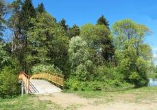 Мост реки и красивые деревья весны Стоковое Изображение RF