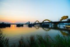 Мост реки дракона в заходе солнца Стоковые Изображения RF