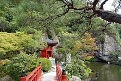 Мост сада виска ji Oya около Utsunomiya в Японии стоковое фото
