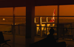 Мост самолета и двигателя, пассажиры всходя на борт, ждать персоны Стоковые Изображения RF