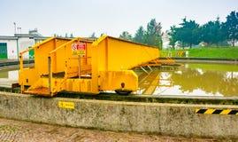 Мост сборника основного танка седиментирования в заводе по обработке сточной воды стоковые фото