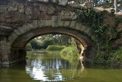 Мост сверх укладывает озеро стоковые изображения rf