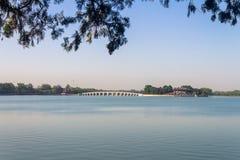 Мост 17 сводов над озером в летнем дворце, Пекином Kunming, Китаем Стоковая Фотография
