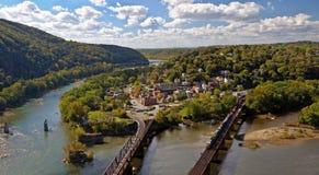 Мост скрещивания поезда в пароме арфистов обозревает панораму Стоковая Фотография RF