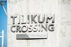 Мост скрещивания Tilikum подписывает в Портленде, Орегоне стоковая фотография rf