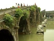 Мост старого моста городка Tangxi широкий экономический и старая улица в 100 стоковые фото