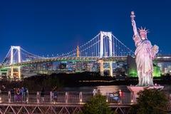 Мост статуи свободы и радуги в Odaiba, Токио, Японии стоковое фото